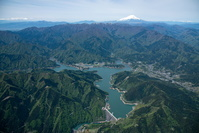 新緑の宮ケ瀬ダムと宮ケ瀬湖と丹沢山地と富士山