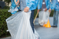 ゴミ拾いをするボランティア