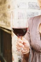 ワイングラスを持つ女性の手