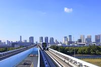 東京都 走るゆりかもめと晴海方面のビル群