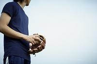 野球グローブとボールを持つ日本人男性