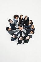 円陣を組むビジネスチーム 俯瞰