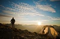 カナダ ハイキングをする男性と朝日
