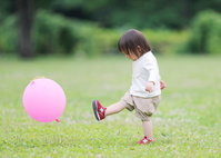 風船で遊ぶ女の子