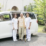 杖をつく男性と看護師