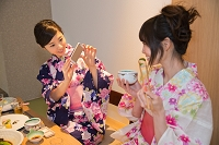 スマートフォンで撮影する浴衣の女性