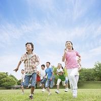 草原を走る日本人の子供たち