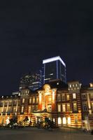 東京都 丸の内駅前広場とライトアップされたJR東京駅丸の内駅舎