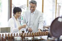 ショッピングをする日本人シニア夫婦