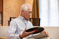 レコードを持つシニアの日本人男性