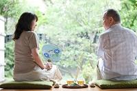 縁側に座る日本人シニア夫婦