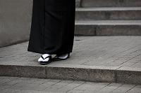 階段に立つ喪服姿の女性