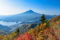 山梨県 新道峠の紅葉と河口湖と富士山