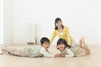 リビングで遊ぶ母と子供達
