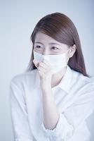 マスクをして咳き込む日本人女性