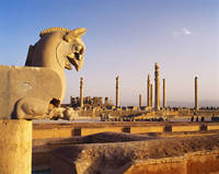 イラン ペルセポリス 双頭鷲像とアパダーナ