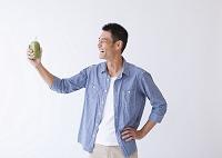 青汁を飲む日本人男性
