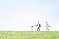 丘の上を歩く日本人家族