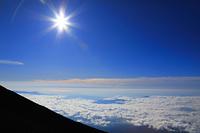 富士山九合目付近から望む雲海と青空と太陽
