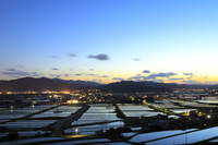 京都府 夕暮れ空を映す棚田と水田