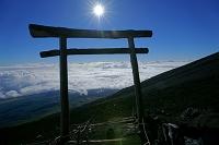山梨県/静岡県 富士山・八合目の鳥居と雲海と太陽