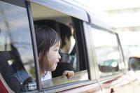 車で出かける子供