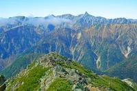 長野県 常念岳山頂から槍ヶ岳遠望