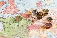 旅行イメージ ユーロのコインと地図
