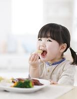 ゴハンを食べる少女