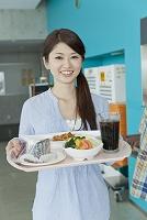 食堂でトレーを持つ大学生