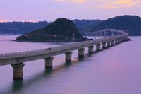 山口県 角島大橋 瀬崎陽の公園から望む夕刻の角島大橋と海士ヶ瀬