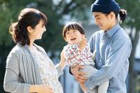 子供を抱き微笑む日本人家族