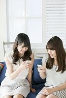 スマートフォンを操作する20代日本人女性