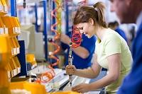 照明器具を製造する女性作業員