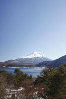 山梨県 浩庵キャンプ場前より望む本栖湖と富士山
