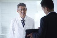 医者とMRの男性