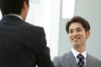立ち話しをする日本人ビジネスマン