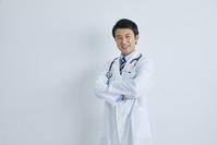腕を組む日本人医師
