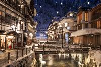 山形県 雪降る銀山温泉の夜景