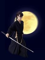 月と刀を持つ女性