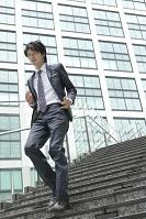階段を駆け下りるビジネスマン