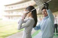 ゴルフのレッスンを受ける日本人女性