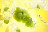 弾ける水と葡萄