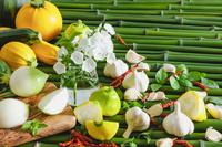 野菜 青竹の上のタマネギとニンニクとズッキーニ
