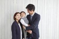 フォーマルウェアを着た笑顔の日本人家族