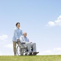 車椅子で散歩する日本人男性