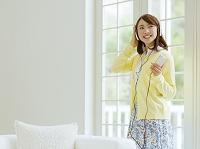 ヘッドフォンをする日本人女性
