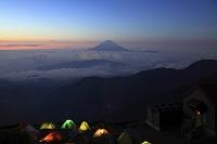 山梨県 南アルプス市 北岳から望む朝の富士山と雲海と野営テント