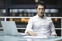 デスクワークをするビジネスマン