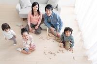 おもちゃで遊ぶ日本人家族